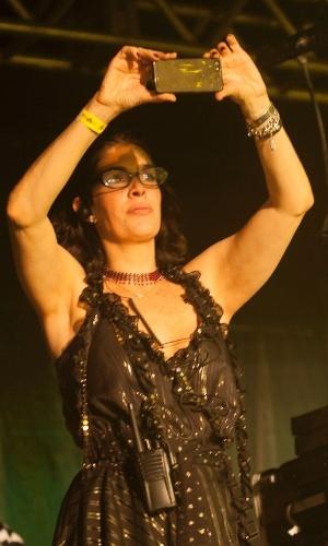 12.fev.2013 - A produtora Paula Lavigne grava o show de seu ex-marido, Caetano Veloso, em sua apresentação no Marco Zero de Recife no último dia de Carnaval, acompanhado da banda Trio Preto + 1
