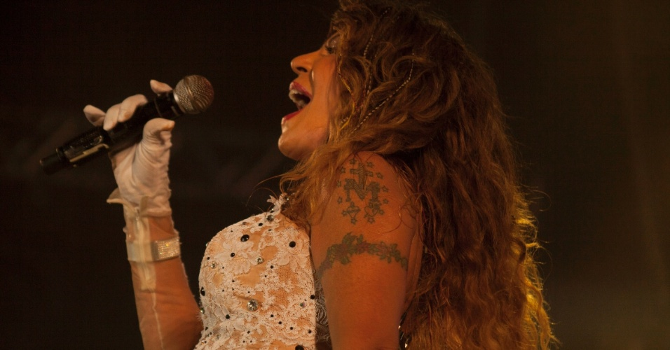 12.fev.2013 - Apresentação da cantora Elba Ramalho foi destaque da programação do Marco Zero na última noite de Carnaval; cantora rasgou vestido cravejado de brilhantes durante o show