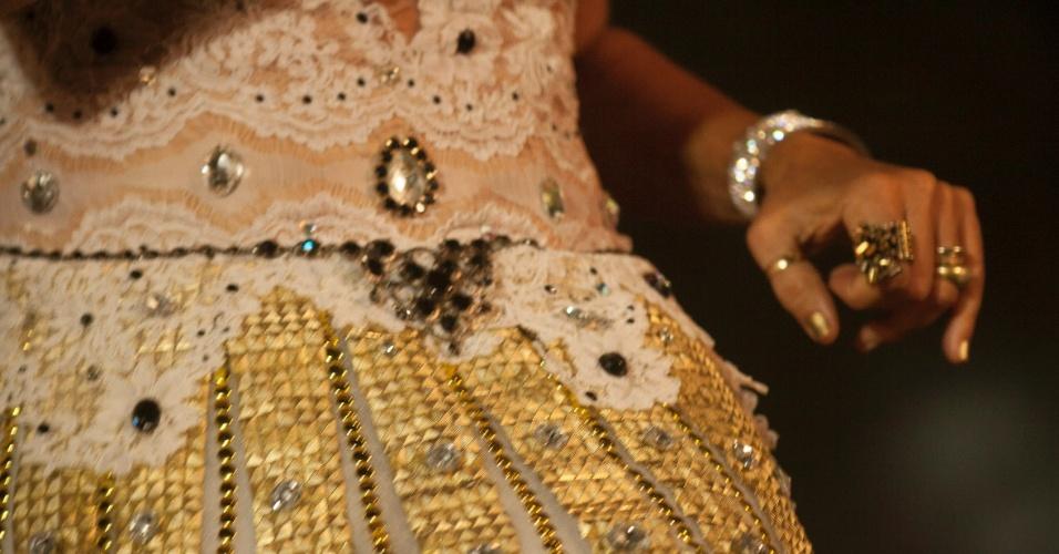12.fev.2013 - Detalhe do vestido cravejado de brilhantes que rasgou durante o show