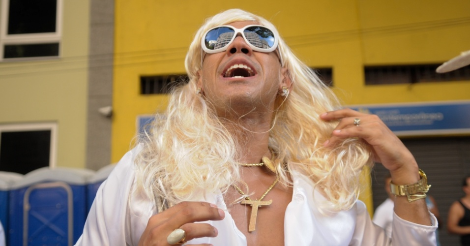 12.fev.2013 - Folião vestido de Carminha durante o desfile do Bloco das Quengas durante a terça de Carnaval no Rio de Janeiro