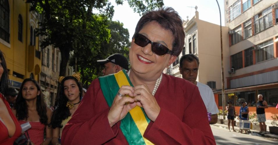 12.fev.2013 - Folião vestido de Dilma Rousseff durante o desfile do Bloco das Quengas durante a terça de Carnaval no Rio de Janeiro