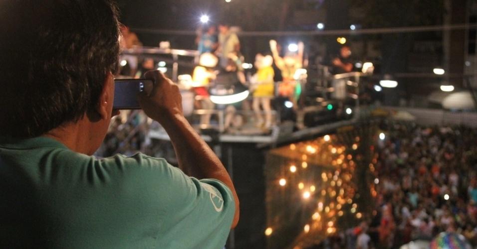 12.fev.2013 - Mauricio de Sousa acompanha a passagem do trio de Claudia Leitte, que dançou com os personagens da Turma da Mônica no circuito Barra-Ondina