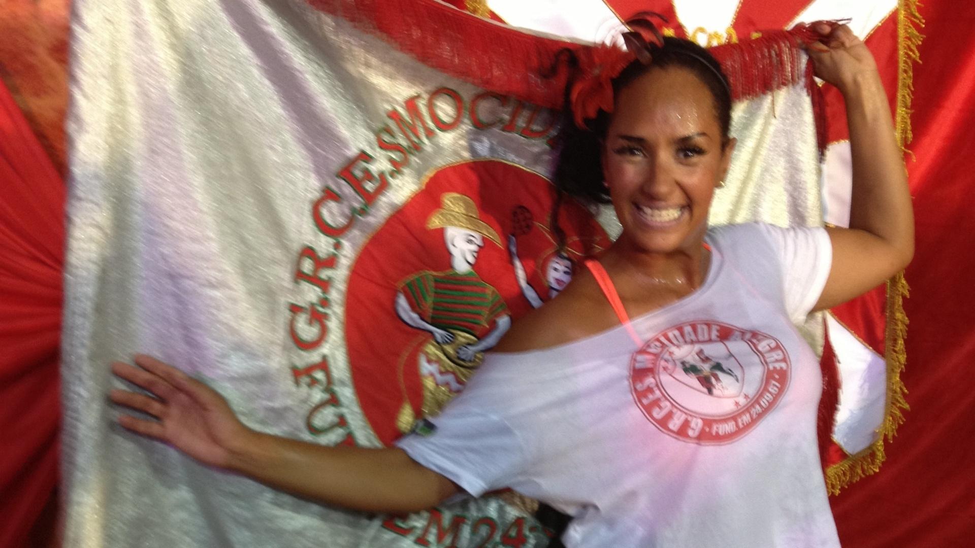 12.fev.2013 - Nani Moreira posa junto à bandeira da Mocidade Alegre