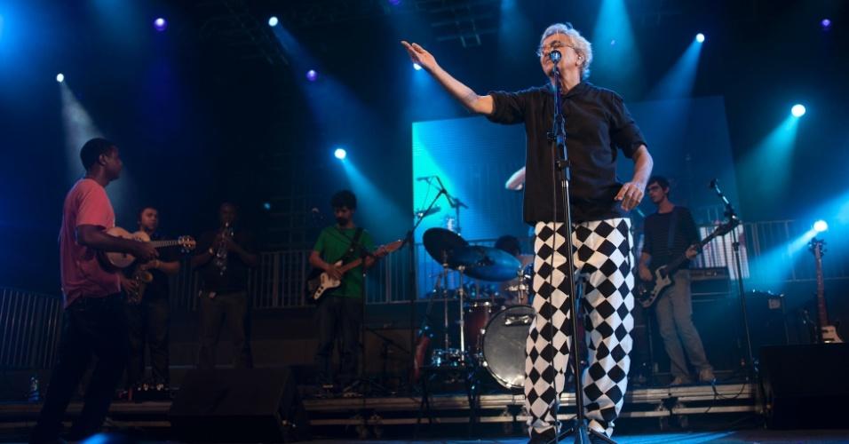 12.fev.2013 - O cantor Caetano Veloso fez apresentação no Marco Zero de Recife no último dia de Carnaval, acompanhado da banda Trio Preto + 1
