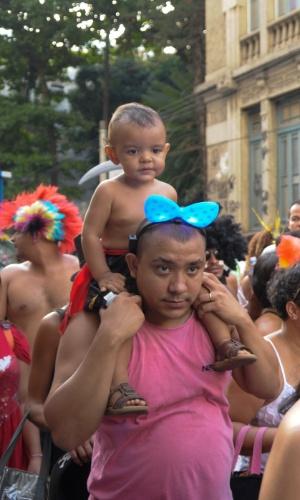 12.fev.2013 - Pai e filho durante o desfile do Bloco das Quengas durante a terça de Carnaval no Rio de Janeiro
