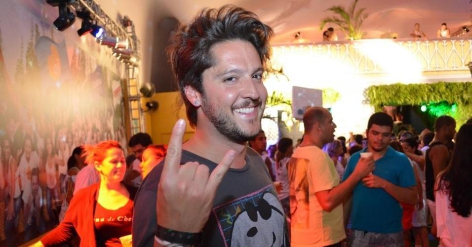 12.fev.2013: O apresentador André Vasco avisa que é do rock até mesmo quando está no meio do axé