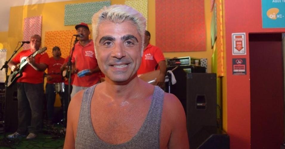 12.fev.2013: O estilista Fause Haten mostra que já se queimou, ao usar regata para curtir o Carnaval baiano