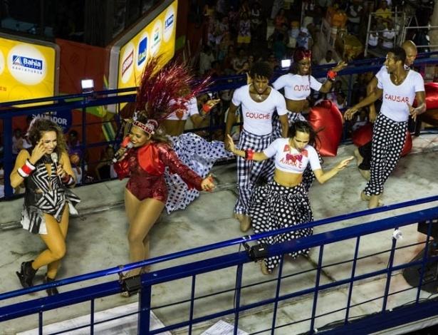 13.fev.2013 - 13.fev.2013 - Gaby Amarantos se apresenta ao lado de Daniela Mercury no bloco Crocodilo, em Salvador