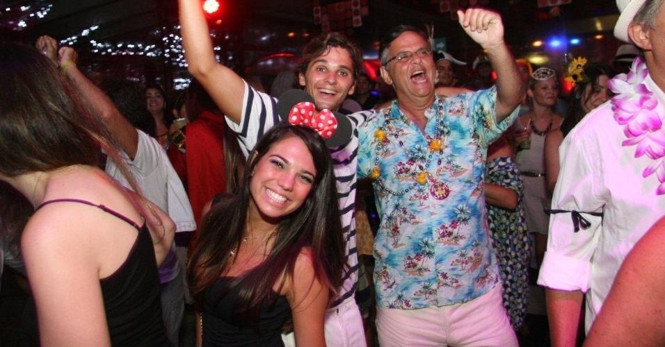 13.fev.2013 - A alegria dos foliões durante a festa carnavalesca do MAM, no Rio de Janeiro