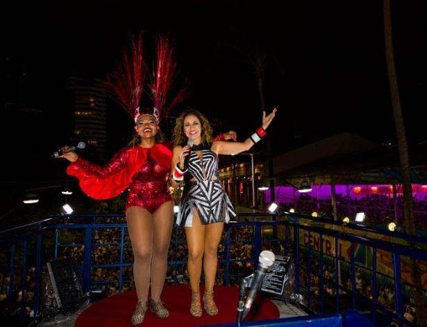 13.fev.2013 - A cantora recebe Gaby Amarantos para entoar repertório que inclui axé, samba e baião