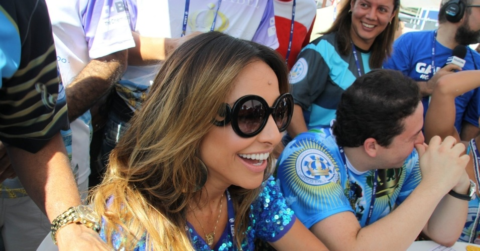 13.fev.2013 - À frente da bateria da Vila Isabel, Sabrina Sato também acompanha a apuração na Sapucaí