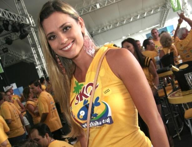 13.fev.2013 - A repórter Jaqueline Silva conhece o camarote em Florianópolis