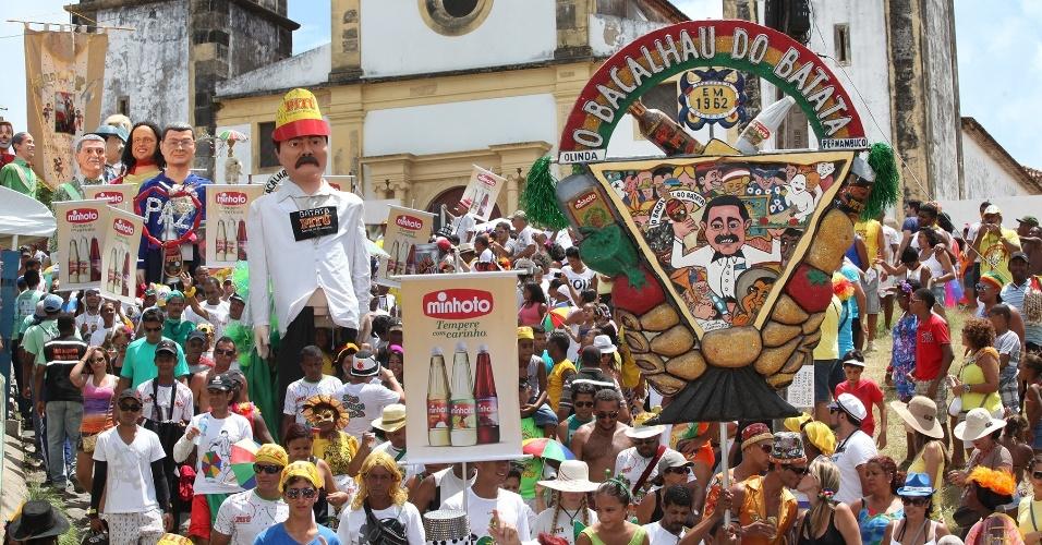 13.fev.2013 - Acompanhados dos bonecos gigantes e da orquestra de frevo, foliões acompanham o bloco Bacalhau do Batata, em Olinda, Pernambuco