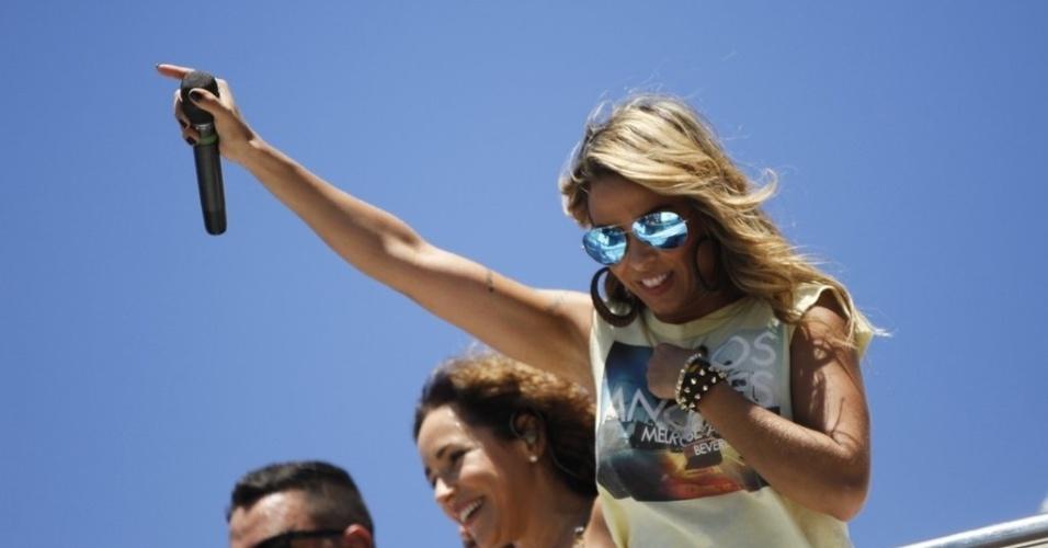 13.fev.2013 - Alinne Rosa, da banda Cheiro de Amor, participa do arrastão da quarta-feira de cinzas comandado este ano por Ivete Sangalo no circuito Barra-Ondina em Salvador