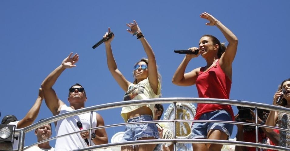 13.fev.2013 - Alinne Rosa e Ivete Sangalo agitam os foliões do circuito Barra-Ondina no arrastão da quarta-feira de cinzas em Salvador