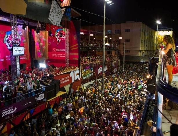 13.fev.2013 - Ao passar pelo camarote expresso 2222, Daniela Mercury recebe os cumprimentos de Gilberto Gil