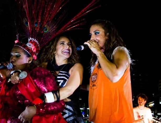 """13.fev.2013 - As cantoras entoaram músicas como """"Eva"""" e levantaram a multidão"""