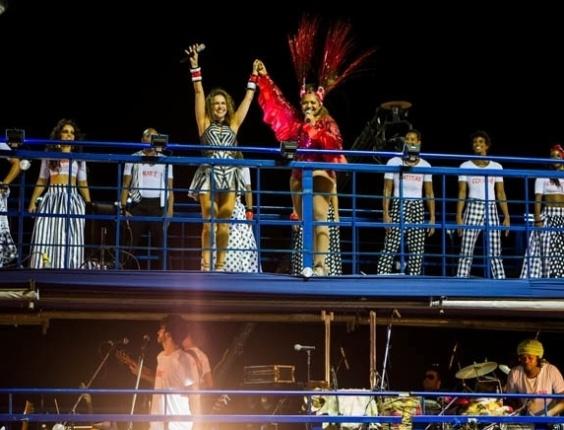 13.fev.2013 - As cantoras são aplaudidas pela multidão