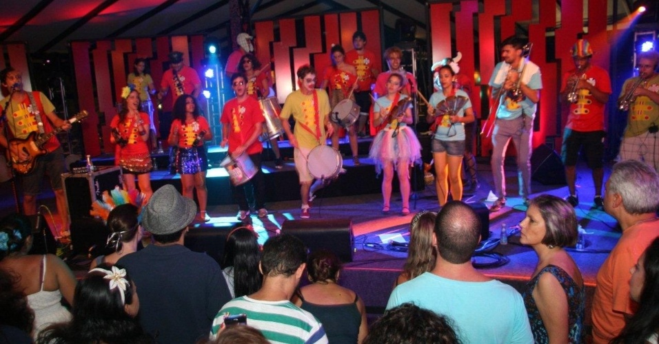 13.fev.2013 - Banda relembra sucessos do rock embalados pelo ritmo do Carnaval