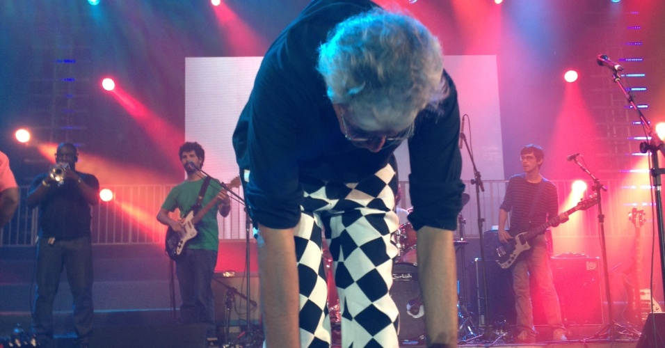 13.fev.2013 - Caetano Veloso agradece ao público presente a seu show no Marco Zero, em Recife