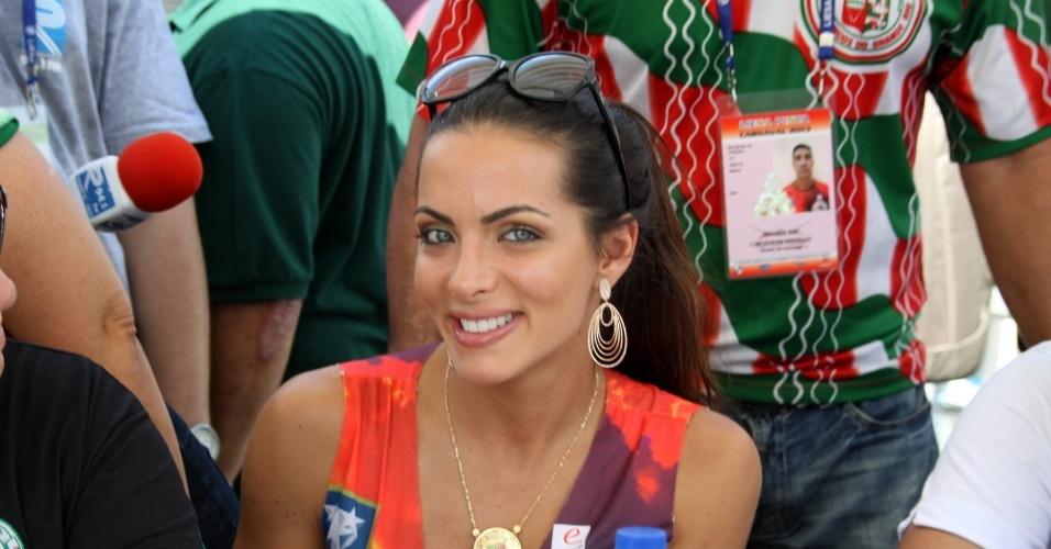 13.fev.2013 - Carla Prata, rainha de bateria da Grande Rio, acompanha a apuração do grupo especial do Carnaval no Rio de Janeiro