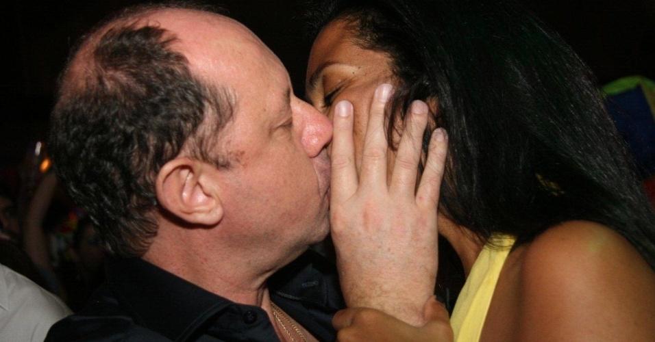 13.fev.2013 - Casal se beija em meio a folia carnavalesca no MAM, no Rio de Janeiro