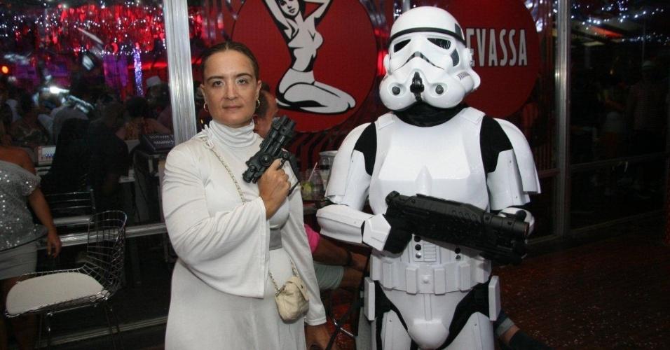 """13.fev.2013 - Casal se veste como Princesa Léa e Stormtrooper, personagens do filme """"Guerra nas Estrelas"""", para brincar o Carnaval no MAM do Rio de Janeiro"""