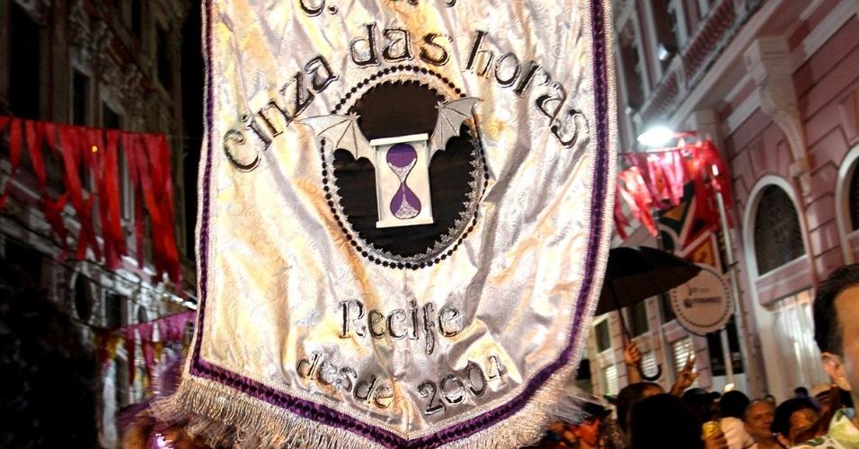 13.fev.2013 - Centenas de pessoas tomam as ruas da capital pernambucana vestidas de lilás e com velas na mão em referência ao luto pelo fim da folia carnavalesca