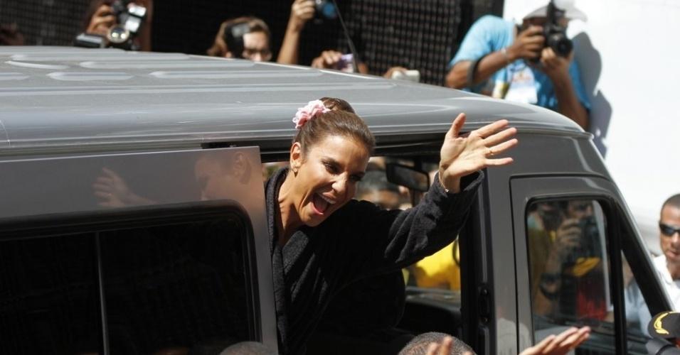 13.fev.2013 - Cercada de fãs, Ivete Sangalo chega ao trio para comandar o arrastão da quarta-feira de cinzas na Barra-Ondina
