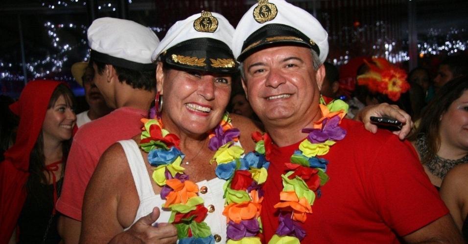 13.fev.2013 - Com fantasias combinando, foliões se animam com o baile de Carnaval do Rio de Janeiro