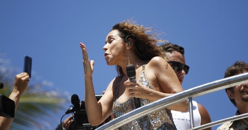 13.fev.2013 - Convidada do trio de Ivete Sangalo, Daniela Mercury manda beijos para os foliões no arrastão da quarta-feira de cinzas no Carnaval de Salvador