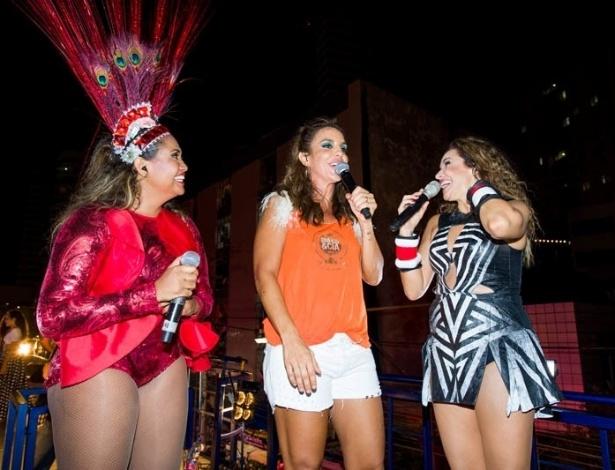13.fev.2013 - Convidada por Daniela para subir no trio, Ivete Sangalo surpreendeu a multidão, com Gaby Amarantos