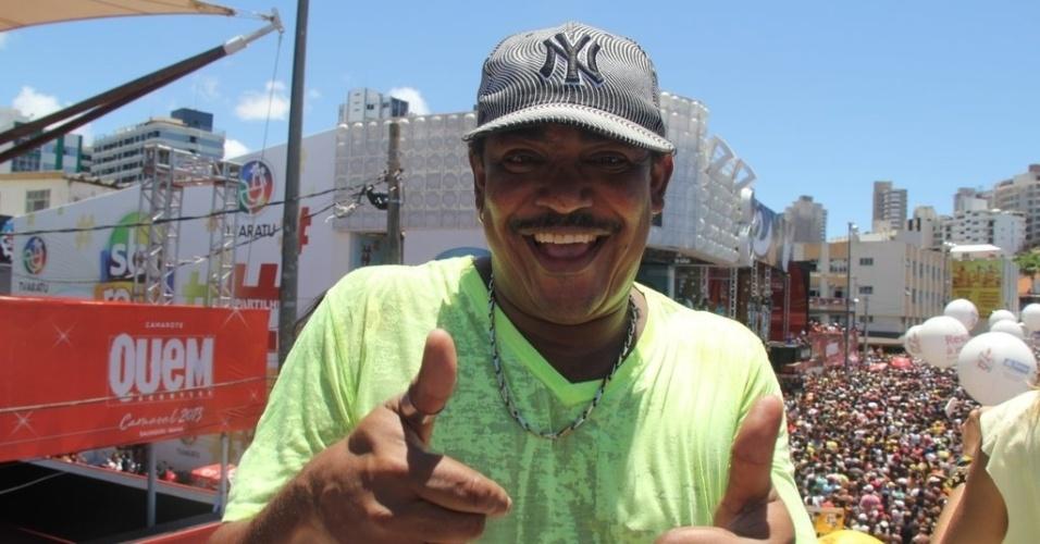 13.fev.2013 - Cumpadre Washington sobe ao trio de Ivete Sangalo para cantar sucessos do É o Tchan no arrastão da quarta-feira de cinzas do Carnaval de Salvador