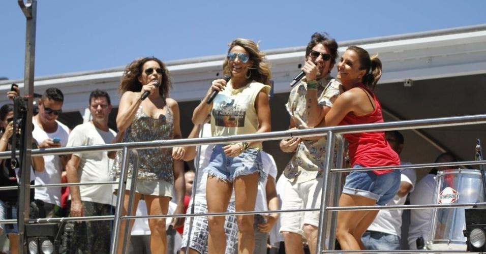 """13.fev.2013 - Daniela Mercury, Alinne Rosa e Saulo Fernandes cantam a música """"Dançando"""" com Ivete Sangalo no arrastão da quarta-feira de cinzas do Carnaval de Salvador"""