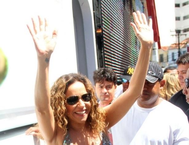 13.fev.2013 - Daniela Mercury chega ao trio de Ivete Sangalo para cantar no arrastão de despedida do Carnaval de Salvador