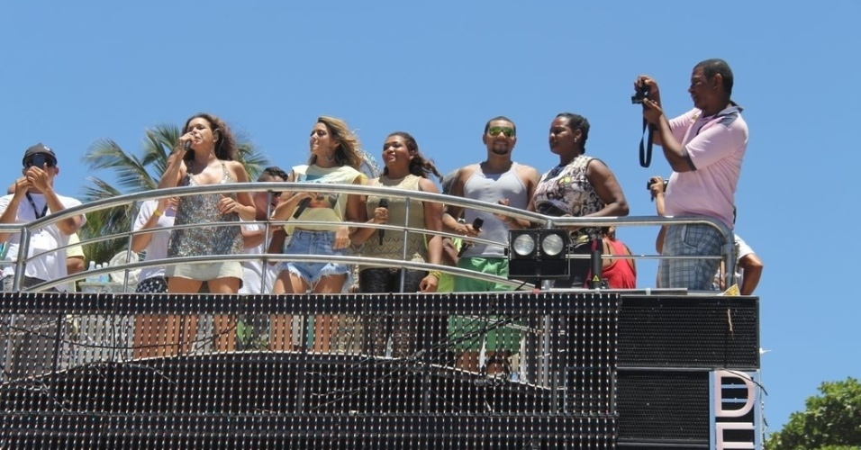 13.fev.2013 - Daniella Mercury canta ao lado de Alinne Rosa, Gaby Amarantos e Naldo no trio de Ivete Sangalo em Salvador