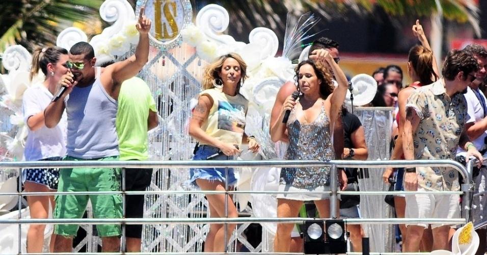 """13.fev.2013 - Estreante no Carnaval de Salvador, o funkeiro Naldo canta """"Amor de Chocolate"""" no arrastão da quarta-feira de cinzas comandado por Ivete Sangalo"""