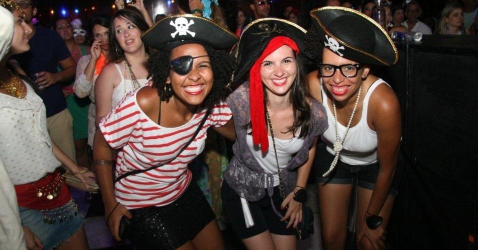 13.fev.2013 - Fantasiadas de piratas, mulheres dançam, no Rio de Janeiro