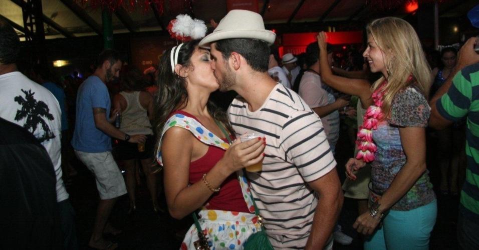 13.fev.2013 - Foliões festejam o Carnaval aos beijos, no Encontro dos Blocos