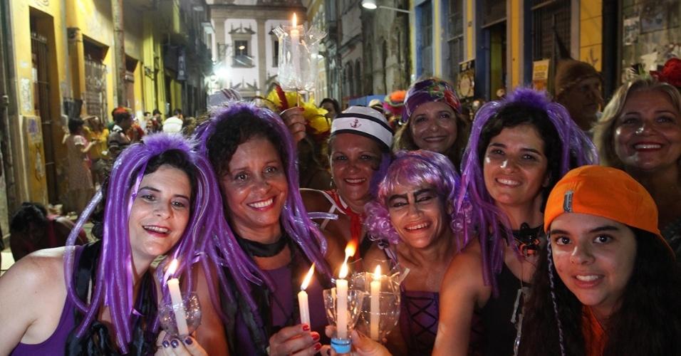 13.fev.2013 - Foliões se concentram na rua da Moeda, bairro da antiga Recife, para a despedida