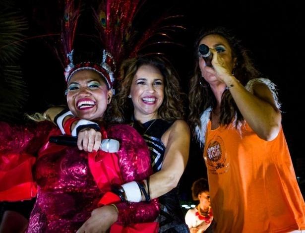 13.fev.2013 - Gaby Amarantos, Daniela Mercury e Ivete Sangalo conversam sobre o trio elétrico no Carnaval de Salvador