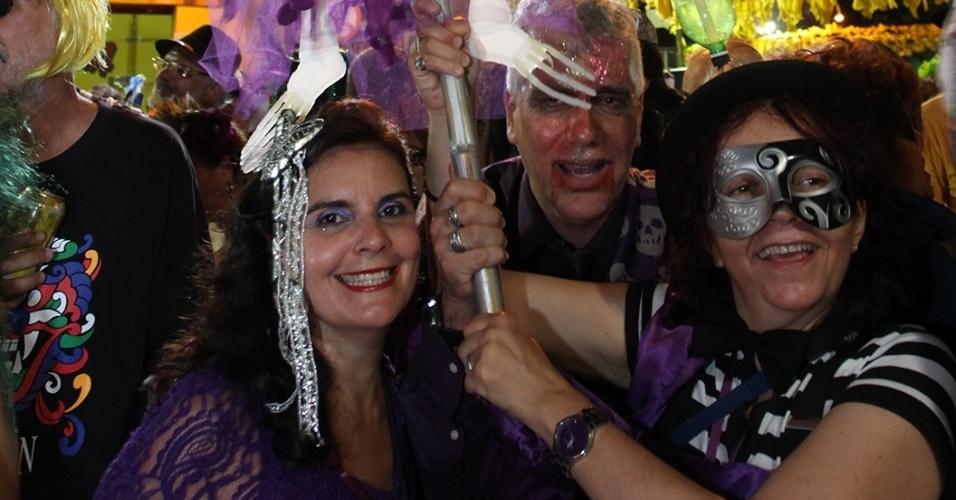 13.fev.2013 - Grupo de amigos carrega fantasma durante a despedida ao Carnaval