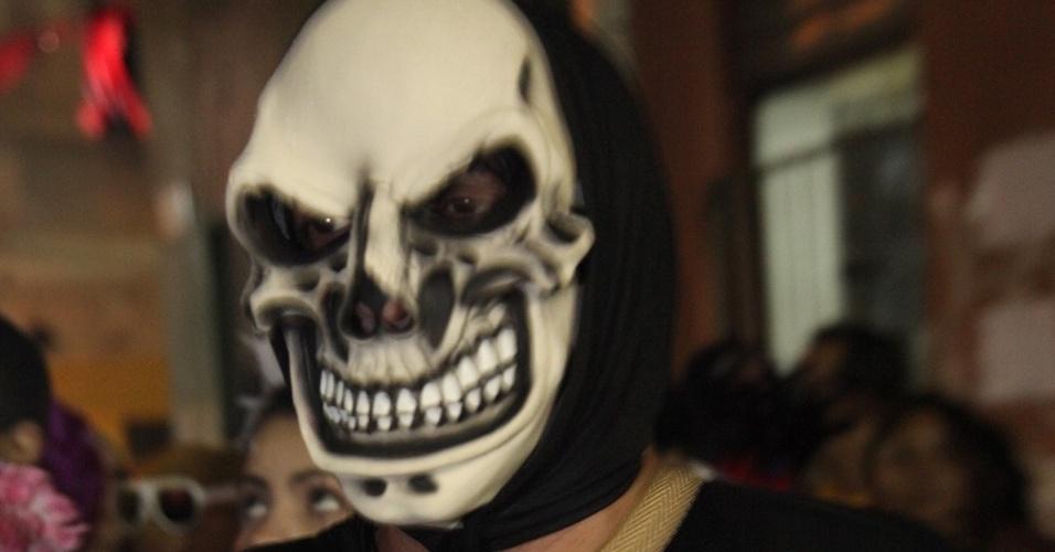 13.fev.2013 - Homem se fantasia de esqueleto para dar adeus ao Carnaval de 2013