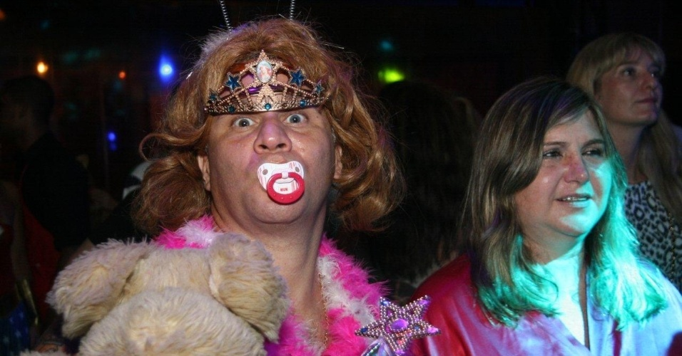 13.fev.2013 - Homem se fantasia de garotinha para brincar o Carnaval