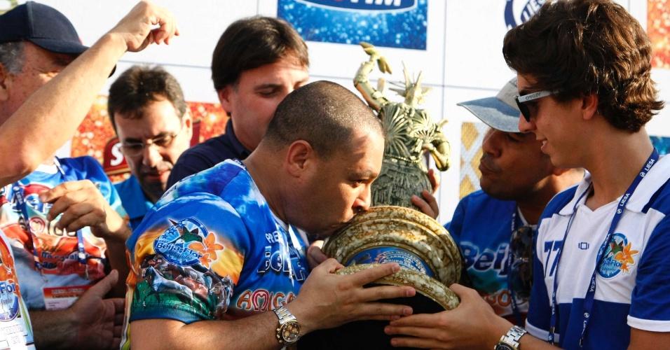 13.fev.2013 - Integrantes da agremiação comemoram a vitória da Unidos de Vila Isabel no Grupo Especial do Carnaval do Rio de Janeiro em 2013