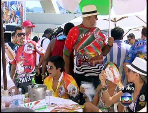 13.fev.2013 - Integrantes da escola de samba Grande Rio acompanham a apuração do grupo especial na Sapucaí
