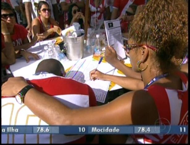 13.fev.2013 - Integrantes da escola de samba Salgueiro acompanham apreensivos a apuração do grupo especial na Sapucaí