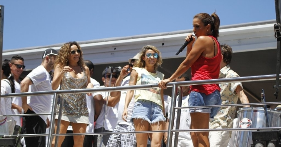 13.fev.2013 - Ivete Sangalo anuncia a presença de Daniela Mercury, Alinne Rosa e Saulo Fernandes no arrastão da quarta-feira de cinzas do Carnaval de Salvador