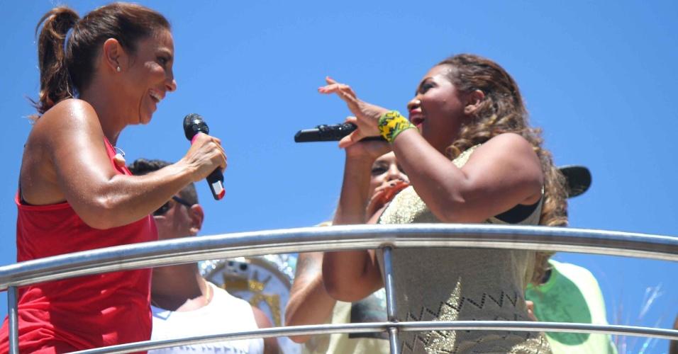 13.fev.2013 - Ivete Sangalo canta com Gaby Amarantos no arrastão da quarta-feira de cinzas, evento de despedida do Carnaval de Salvador
