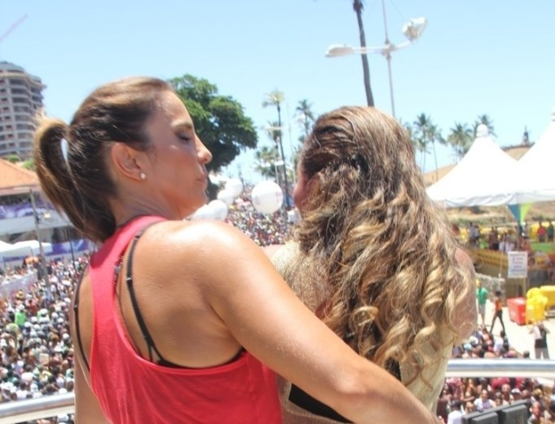 13.fev.2013 - Ivete Sangalo dança com Gaby Amarantos no arrastão da quarta-feira de cinzas no circuito Barra-Ondina em Salvador